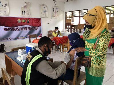 Gelar Vaksinasi Kemerdekaan, Polres Wakatobi Sasar Pelajar di SMP Negeri 2 Kapota di Wakatobi